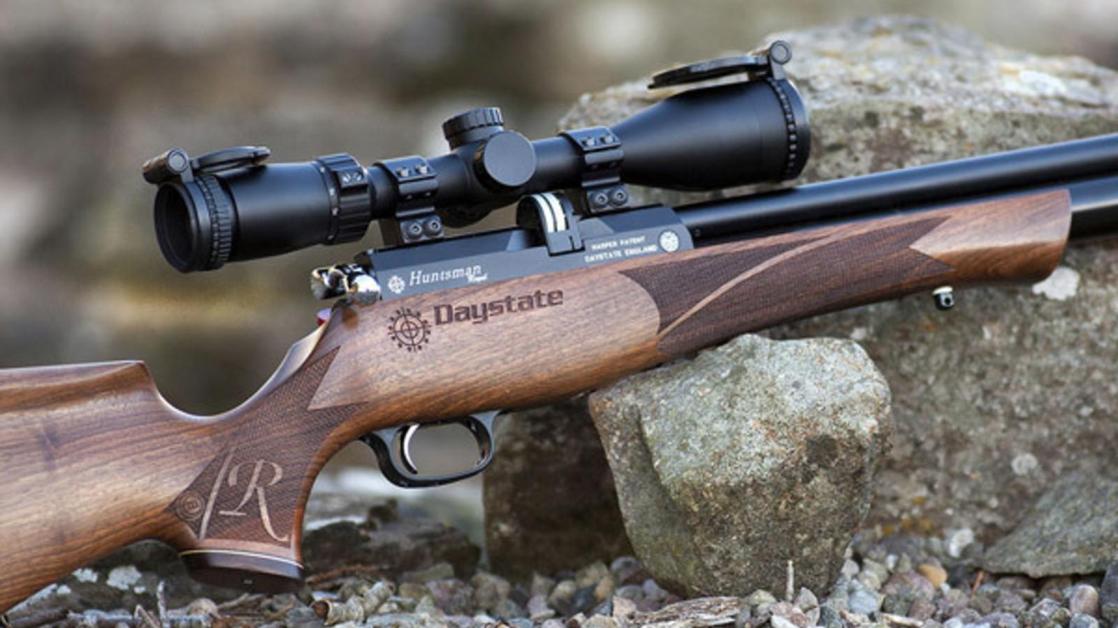 Focus su ottica e grilletto di una carabina Daystate ad aria compressa