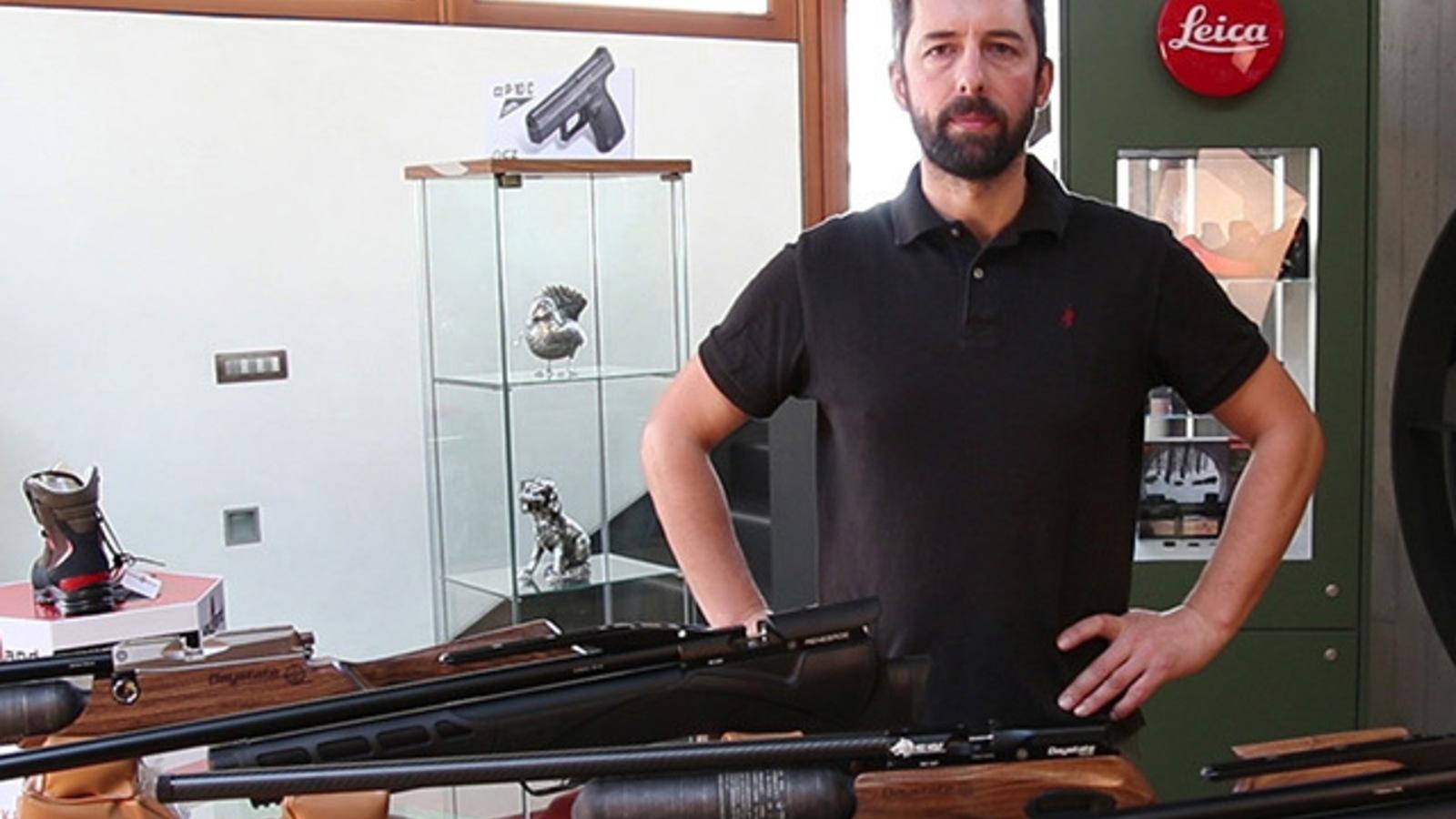 Davide, membro dello staff Armeria Dal Balcon, che illustra alcuni prodotti